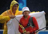 图文:张娟娟获女子个人射箭金牌  教练呵护
