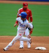 图文:[棒球]中韩之战遇雨推迟 李永奎跑垒