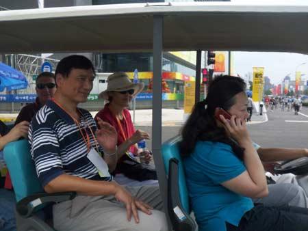 姚明父母同游奥体公园