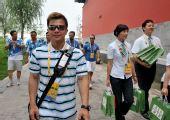 图文:举重冠军张湘祥轻松逛街 生活中是美型男