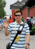 图文:举重冠军张湘祥轻松逛街 帅哥不惧镜头