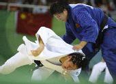图文:杨秀丽女子78公斤级折桂 摁住对手
