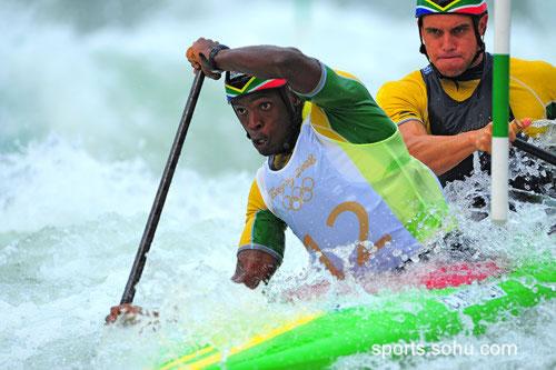 图文:男子双人划艇激流回旋预赛 南非选手组合