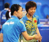 图文:[女团]中国队全胜晋级四强 张怡宁笑了