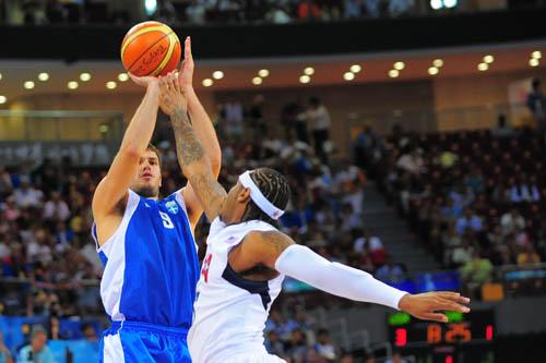 图文:[男篮]美国VS希腊 奋力封盖