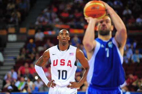 图文:[男篮]美国VS希腊 科比观望