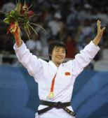 图文:杨秀丽女子78公斤级摘金 挥手向观众致意