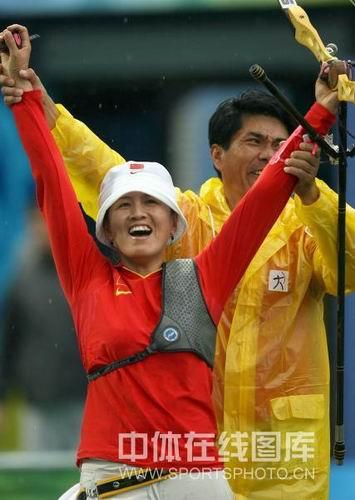 图文:女子射箭个人赛张娟娟夺金创历史 拥抱