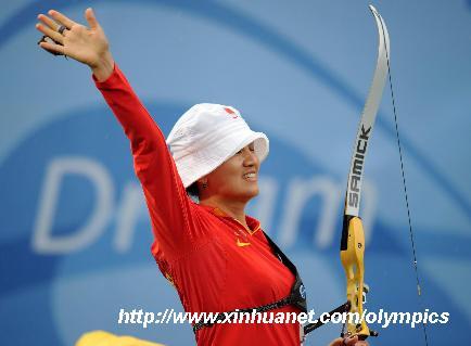 8月14日,中国选手张娟娟向观众挥手致意。 当日,在北京奥运会射箭女子个人决赛中,中国选手张娟娟以110比109环战胜韩国选手朴成贤,获得冠军。 新华社记者张领摄
