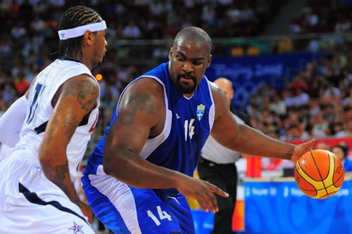 图文:[男篮]美国VS希腊 背身单打