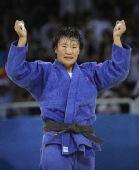 图文:杨秀丽女子78公斤级摘金 振臂庆祝