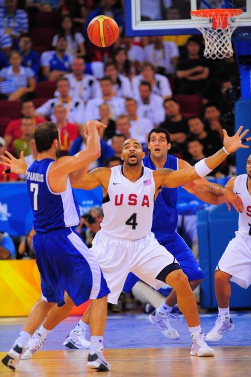 图文:[男篮]美国VS希腊 背身接球