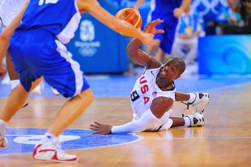 图文:[男篮]美国VS希腊 韦德倒地传球