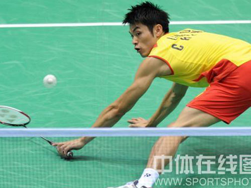 图文:羽毛球男单 林丹晋级四强 不幸跌倒