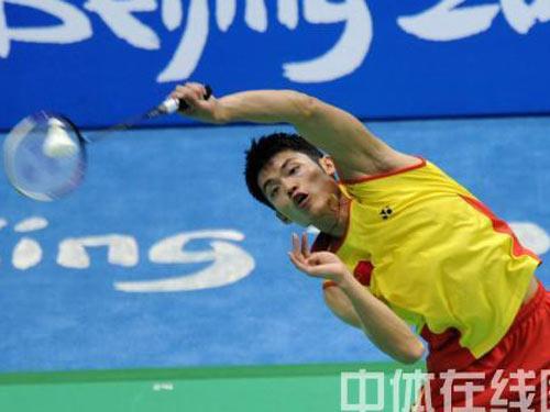 图文:羽毛球男单 林丹晋级四强 侧身捞球