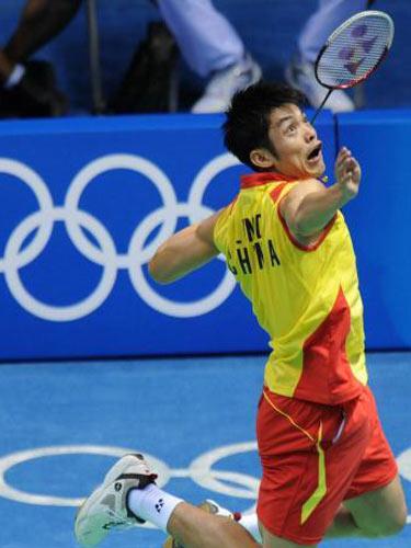 图文:羽毛球男单 林丹晋级四强 奋力接球