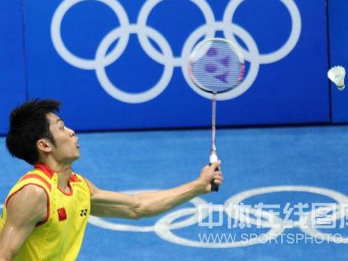 图文:羽毛球男单 林丹晋级四强 惊险接球