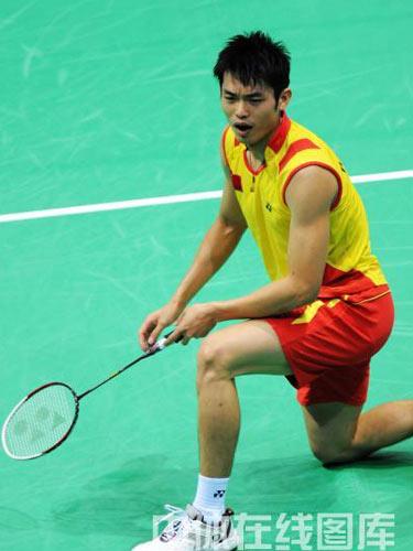 图文:羽毛球男单林丹晋级四强  单膝跪地
