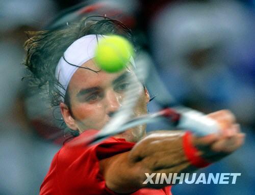 8月14日,费德勒在比赛中回球。 当日,在北京奥运会网球男单四分之一决赛中,美国选手布莱克以2比0战胜瑞士选手费德勒。 新华社记者王毓国摄