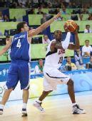 图文:男篮小组赛美国胜希腊 科比在比赛中投篮