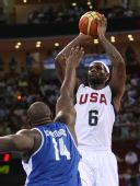 图文:男篮小组赛美国胜希腊 詹姆斯比赛中投篮