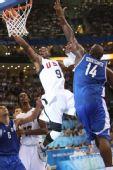 图文:男篮小组赛美国胜希腊 韦德在比赛中上篮