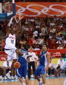 图文:男篮小组赛美国胜希腊 科比在比赛中扣篮