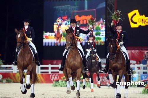 八月十四日晚,在香港沙田奥运马术主赛场上,获得奥运马术盛装舞步团体赛冠军的德国队,策马扬鞭欢呼胜利。 中新社发 洪少葵 摄
