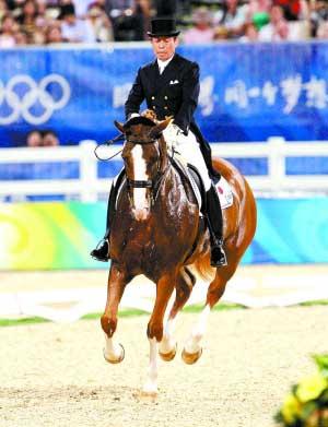67岁的日本骑手法华津宽是本届奥运会上年龄最大的选手。