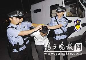 犯罪嫌疑人被押进派出所受审。