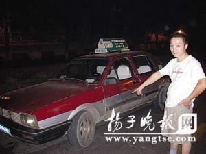 的哥小王和被劫出租车。万凌云 摄