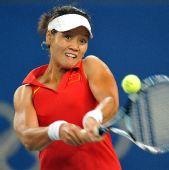 图文:网球女单四分之一决赛 李娜大力反手回球