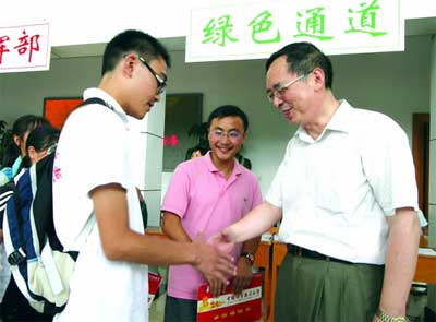 科大校长(右一)欢迎两位学生前来科大报到