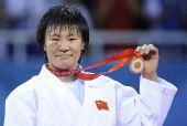 图文:杨秀丽女子78公斤级摘金 展示金牌