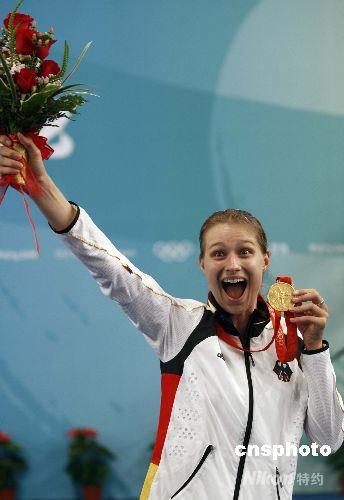 8月13日,北京奥运会击剑比赛进入第五日,在国家会议中心击剑馆进行的女子重剑个人决赛中,德国选手布丽塔-海德曼以15-11战胜罗马尼亚选手安娜-玛丽亚-布伦泽,获得冠军。中新社发 盛佳鹏 摄