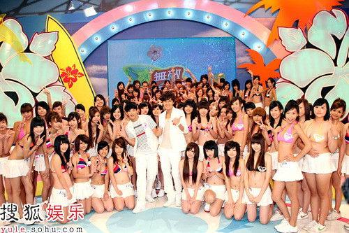 吴克群与百名泳装少女同台