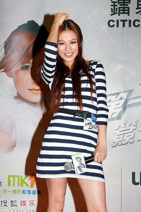 江若琳斑马装亮相摆造型