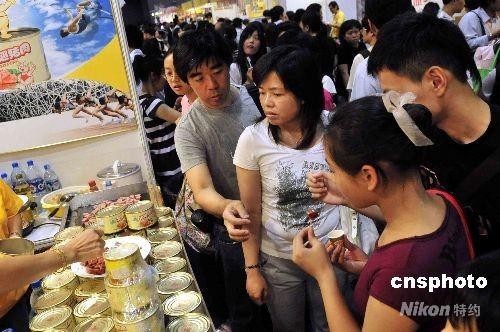 一年一度的香港美食博览,八月十四日于会议展览中心揭幕。图为会场内的试食区吸引大批人士。 中新社发 谭达明 摄