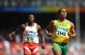 图文:男子100米预赛 弗雷特察看成绩