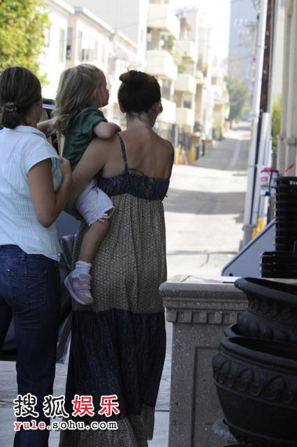 手上抱着的,是她与本-阿弗莱克的第一个女儿