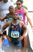 图文:男子100米预赛 泰森・盖伊察看成绩