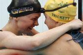 图文:斯特芬夺女100米自破纪录 热情拥抱队友
