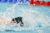图文:斯特芬夺女100米自破纪录 池中奋力向前