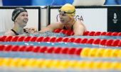 图文:斯特芬夺女100米自破纪录 队友前来祝贺