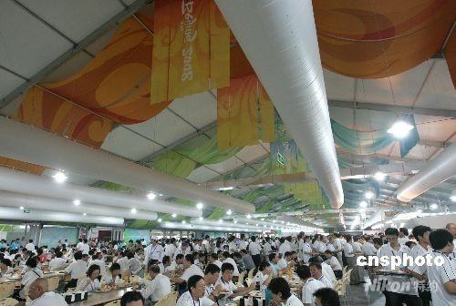 北京奥运村已正式开村,入住者可以享受到自己喜欢的各种卫生可口的饭菜。奥运村餐厅设4个餐台,其中两个地中海餐台,一个国际餐台,一个亚洲和中国餐台。菜单每8天一轮,几乎每天每个菜都是特色菜,每一天冷荤热菜都有几十种。各国运动员都可以在这里吃到自己国家的家常菜。 中新社发 杜洋 摄