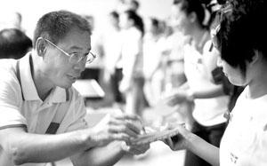 李宁手把手教小女孩打乒乓球 摄/记者张宁