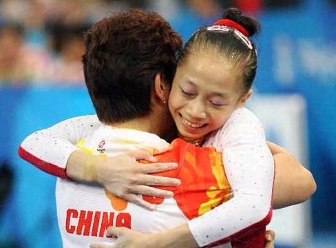 杨伊琳摘取铜牌后和教练激动的拥抱