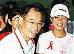 组图:李宁与艾滋孤儿共享快乐奥运