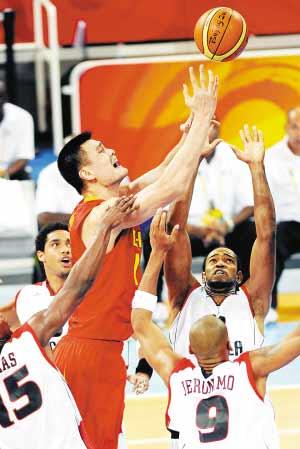 8月14日,在北京奥运会男子篮球小组赛中,中国队以85比68战胜安哥拉队。图为姚明(中)在比赛中上篮。