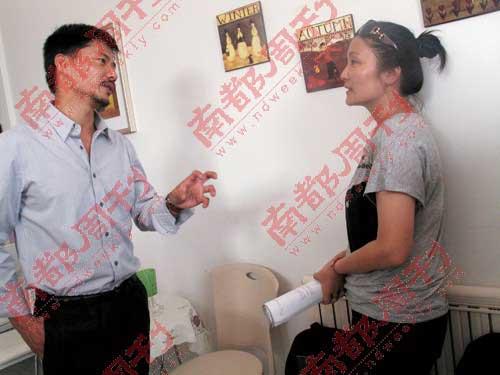 段奕宏在和导演讨论。